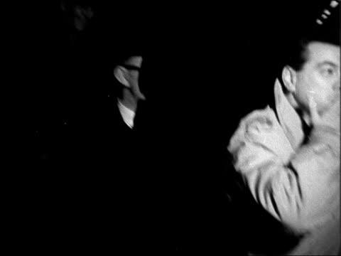 vídeos y material grabado en eventos de stock de mario lanza arrives at victoria station in london; england: london: victoria station: int mario lanza in train with excited fans waving through... - scream named work