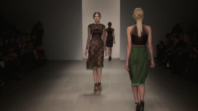 vídeos de stock, filmes e b-roll de mario schwab london fashion week autumn/winter 2012 on february 19 2012 in london england - semana da moda de londres