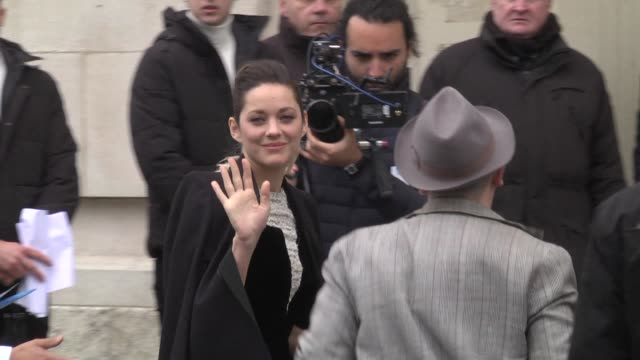 marion cotillard attends the chanel show as part of the paris fashion week womenswear fall/winter 2019/2020 on march 5 2019 in paris france - avvistamenti vip video stock e b–roll