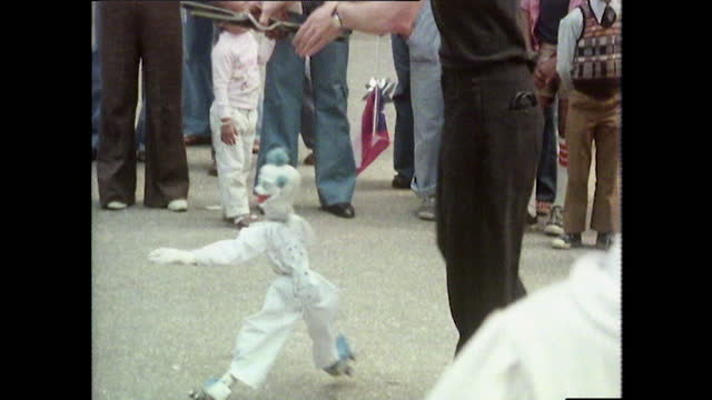 ms marionette puppet entertains a crowd in central park; 1980 - マリオネット点の映像素材/bロール