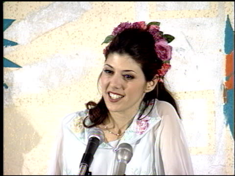 stockvideo's en b-roll-footage met marisa tomei at the 1993 mtv movie awards at universal amphitheatre in universal city california on june 5 1993 - 1993