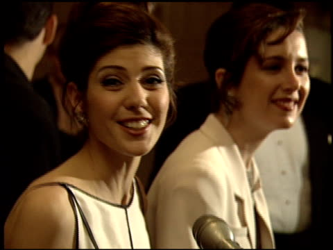 stockvideo's en b-roll-footage met marisa tomei at the 1993 women in film academy awards party on march 29 1993 - 1993