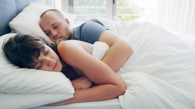 vidéos et rushes de bonheur conjugal commence dans la chambre à coucher - être à l'aise