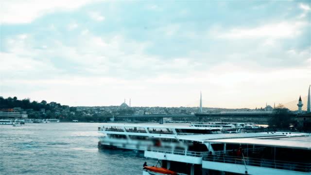金角湾海上交通。イスタンブール.-ストック ビデオ - nautical vessel点の映像素材/bロール