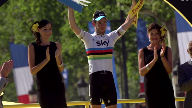 mark cavendish on the podium on the champs elysees on stage 20 of 2012 tour de france - ツール・ド・フランス点の映像素材/bロール