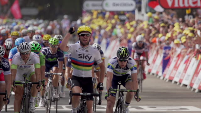 mark cavendish sprinting to the finish line to win the first stage of the 2012 tour de france - ツール・ド・フランス点の映像素材/bロール