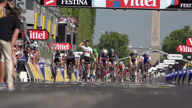 mark cavendish sprinting to victory on the champs elysees on stage 20 of 2012 tour de france - ツール・ド・フランス点の映像素材/bロール