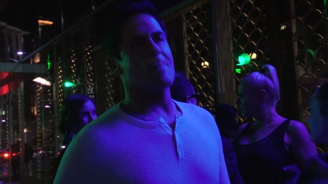 vídeos de stock, filmes e b-roll de mark cuban on manly chores & mass shooting on the moon in 2055 at hakkasan in beverly hills - celebrity sightings in los angeles, ca on 11/07/13 - masculinidade