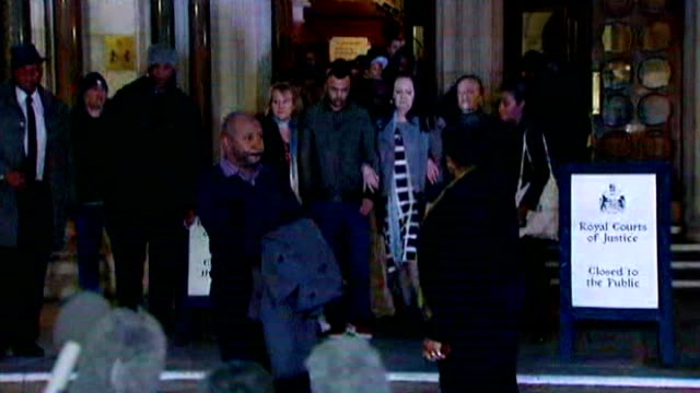 vidéos et rushes de aunt appeals for calm at vigil and denies intimidation allegations ****flash 8th january 2014 high court family and friends of mark duggan including... - tante