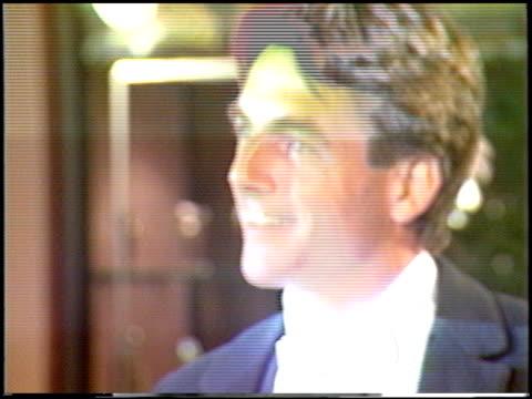 vídeos y material grabado en eventos de stock de mark hamill at the 1988 golden globe awards at the beverly hilton in beverly hills california on january 23 1988 - mark hamill