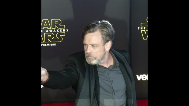 vídeos de stock, filmes e b-roll de mark hamill at the 'star wars: the force awakens' world premiere - série de filmes star wars