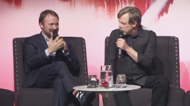 vídeos y material grabado en eventos de stock de mark hamill joking around at 'star wars the last jedi' european press conference on december 13 2017 in london england - mark hamill