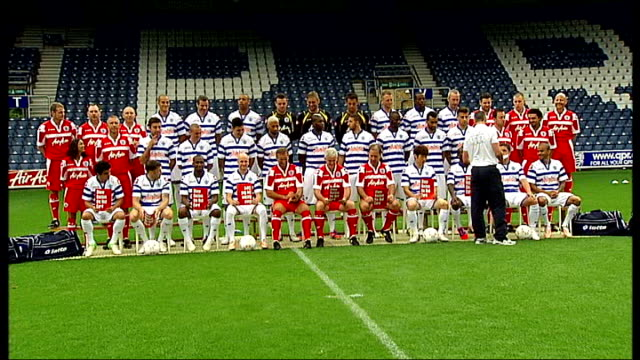 mark hughes sacked by qpr; 20.8.2012 / r20081209 qpr squad pose for team photograph - チーム写真点の映像素材/bロール