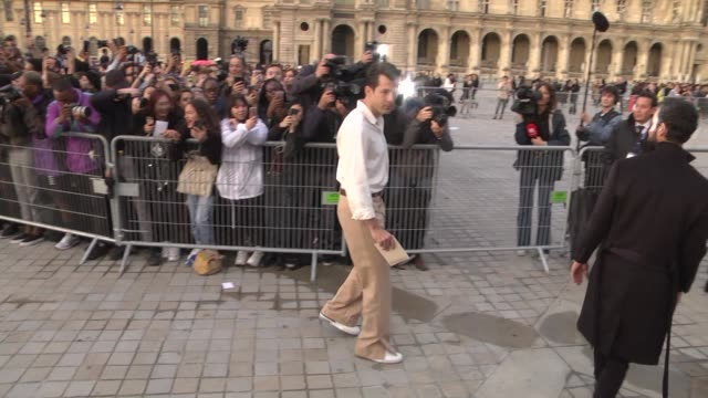 stockvideo's en b-roll-footage met mark ronson attends the louis vuitton womenswear spring/summer 2020 show as part of paris fashion week on october 1 2019 in paris france - modeweek