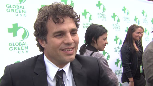 mark ruffalo on receiving the entertainment industry environmental leadership award, what he appreciates most about global green, what first made him... - made in usa点の映像素材/bロール