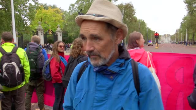 mark rylance interview at extinction rebellion protest england london the mall ext mark rylance with other extinction rebellion protesters behind... - mark rylance stock-videos und b-roll-filmmaterial