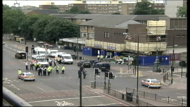 family appeal to high court july 2005 stockwell police at scene of shooting of jean charles de menezes - jean charles de menezes bildbanksvideor och videomaterial från bakom kulisserna