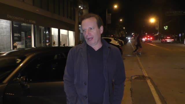 vídeos y material grabado en eventos de stock de interview mark thompson jokes about the lori loughlin college bribery scandal outside craig's in west hollywood at celebrity sightings in los angeles... - soborno