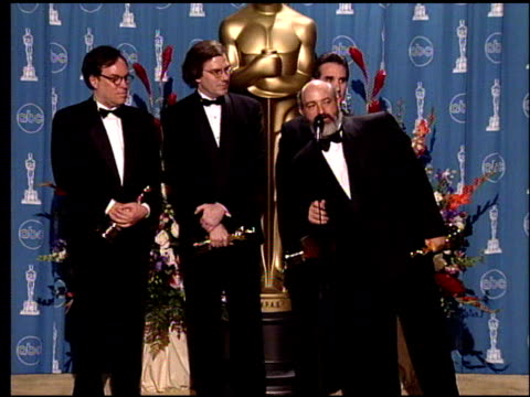 vídeos de stock e filmes b-roll de mark ulano at the 1998 academy awards at the shrine auditorium in los angeles california on march 23 1998 - 70.ª edição da cerimónia dos óscares