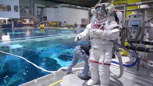 col mark vande hai astronaut conducts pool training to simulate a 0g environment this training is a part of every astronaut's training regimen to... - nasa bildbanksvideor och videomaterial från bakom kulisserna