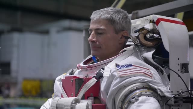 col mark vande hai astronaut conducts pool training to simulate a 0g environment this training is a part of every astronaut's training regimen to... - weltraum und astronomie stock-videos und b-roll-filmmaterial