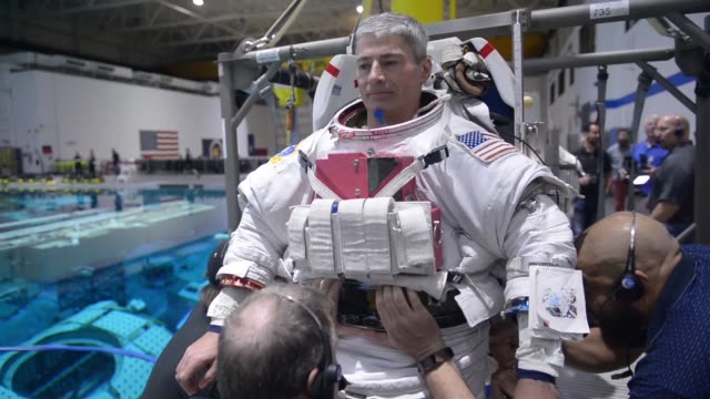 vídeos de stock, filmes e b-roll de mark vande hai , astronaut, conducts pool training to simulate a 0g environment. this training is a part of every astronaut's training regimen, to... - espaço e astronomia
