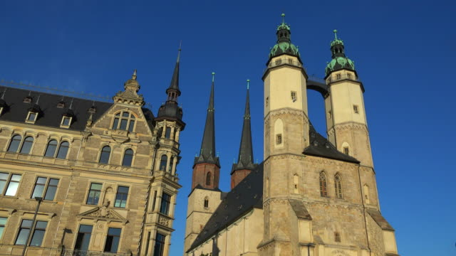 market church of st. mary in halle an der saale, saxony-anhalt, germany - halle gebäude stock-videos und b-roll-filmmaterial