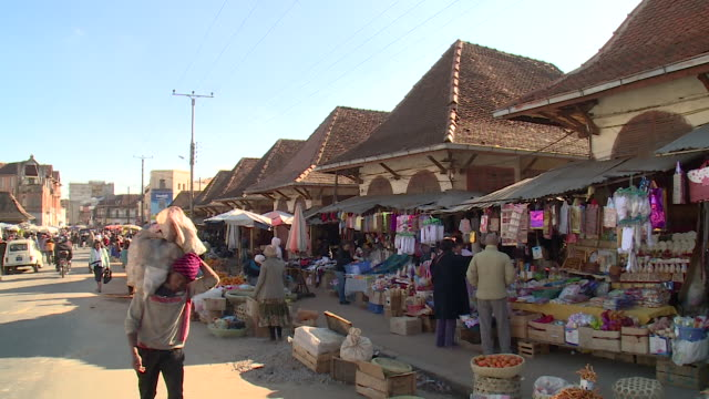 market in antananarivo, republic of madagascar - madagaskar stock-videos und b-roll-filmmaterial