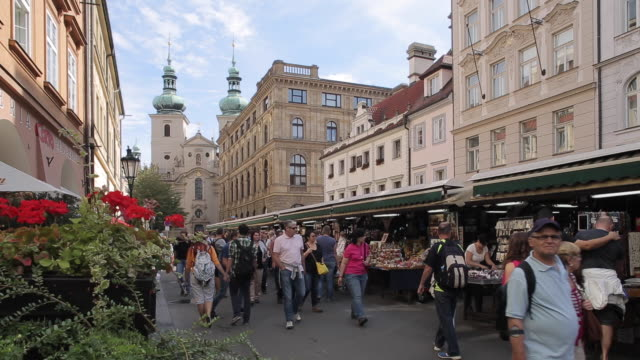 vidéos et rushes de market on havelska, prague, czech republic, europe - rue principale
