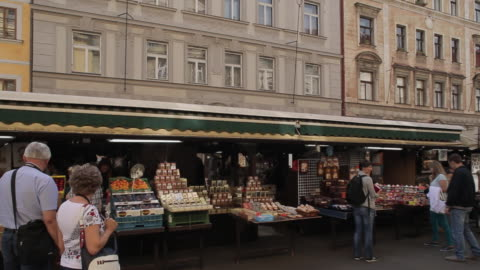 vídeos y material grabado en eventos de stock de market on havelska, prague, czech republic, europe - praga