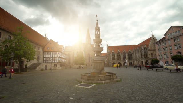 market place with fountain in braunschweig, time lapse - markt video stock e b–roll