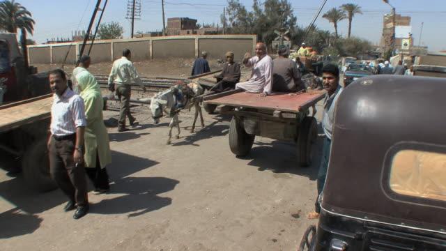vidéos et rushes de ms zi market scene, assyout, egypt - town