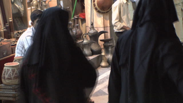ms market scene with women in hijabs, muscat, oman - dish dash stock videos & royalty-free footage