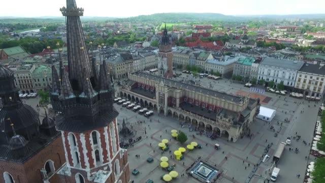 stockvideo's en b-roll-footage met market square in cracow - kerktoren