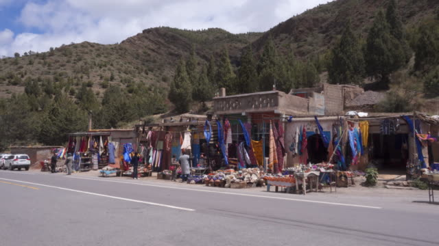 market stall on the road over the high atlas - 売る点の映像素材/bロール