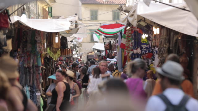 stockvideo's en b-roll-footage met market stalls on via del ariento, florence, tuscany, italy, europe - grote groep dingen