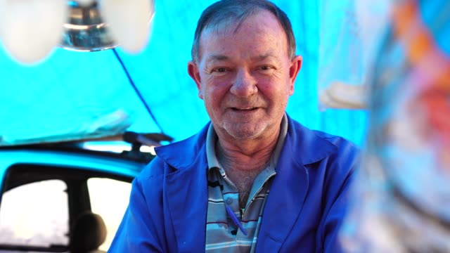 market vendor portrait - bancarella video stock e b–roll