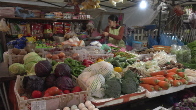tu / market vendor with vegetables at farmer market - ブロッコリー点の映像素材/bロール