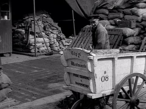 vídeos y material grabado en eventos de stock de market workers sweep up horse manure and rubbish at covent garden market 1950's - excremento