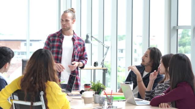marketing-plan, kreative treffen team im modernen büro mit textfreiraum, brainstorming-gruppe von menschen arbeiten-konzept - designer einrichtung stock-videos und b-roll-filmmaterial