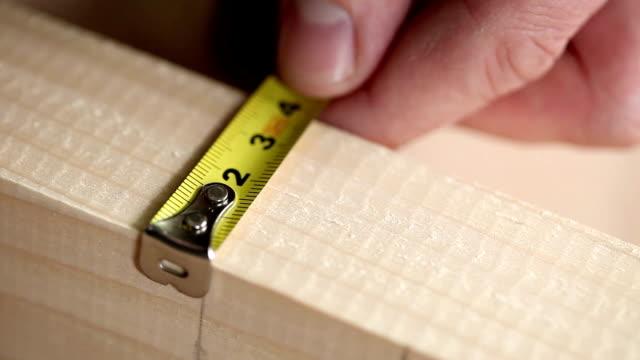 vídeos de stock e filmes b-roll de marcação de madeira - medir