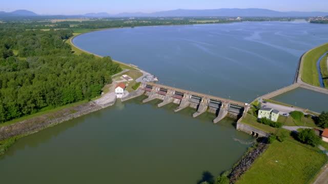 stockvideo's en b-roll-footage met luchtfoto markovci dam met lake ptuj reservoir in zon - sunshine lake