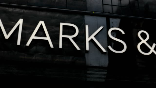 vídeos y material grabado en eventos de stock de marks and spencer store stands on oxford street on may 24, 2018 in london, england. m&s has suffered a sharp fall in profits following the... - finanzas y economía