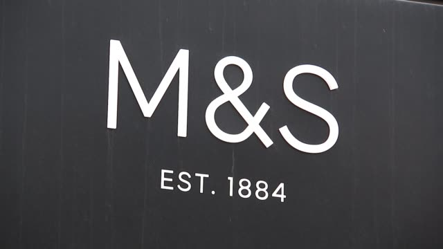 marks and spencer to close 100 stores following falling sales 'ms est 1884' sign reporter to camera - 金融と経済点の映像素材/bロール