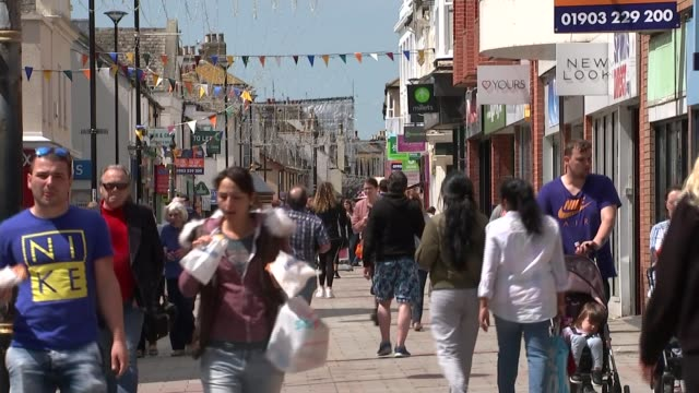 marks and spencer to close over 100 stores; t140518045 / tx west sussex: worthing: ext people along in high street 'to let' signs on buildings empty... - worthing点の映像素材/bロール