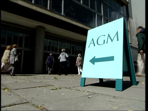 marks spencer in futher trouble itn england london ext marks and spencer shareholders arriving for agm sign 'agm' outside building old man along for... - jahreshauptversammlung stock-videos und b-roll-filmmaterial
