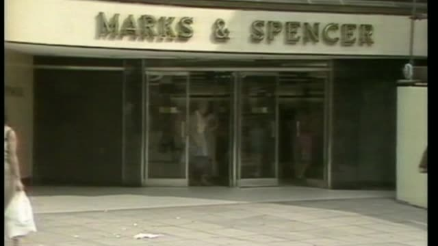 marks spencer outline plans to update their clothes style as250883001 / ext marks and spencer store with people along glasgow int high angle shot... - 金融と経済点の映像素材/bロール