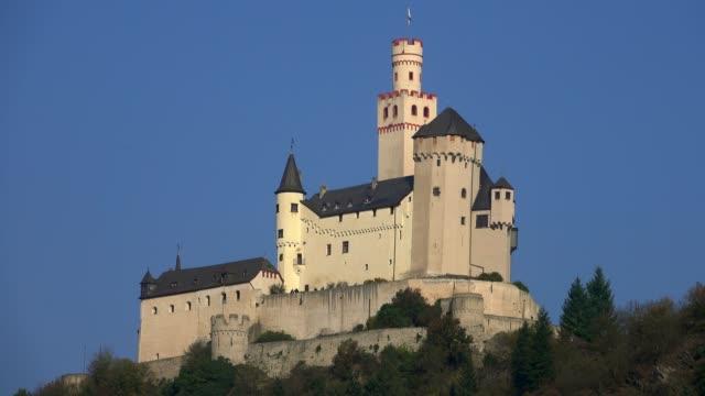 vidéos et rushes de marksburg castle in braubach, rhine river, rhineland-palatinate, germany, europe - xiième siècle