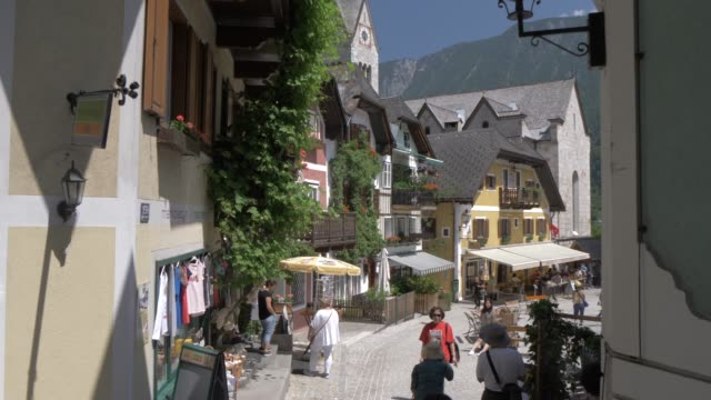 marktplatz in lakeside hallstatt village, unesco world heritage site, salzkammergut, austrian alps, austria, europe - courtyard stock videos & royalty-free footage