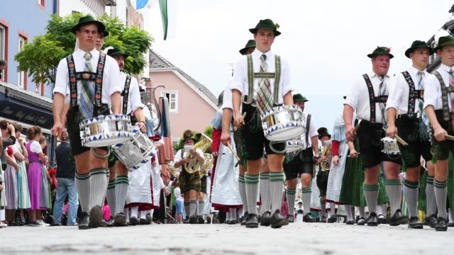 vídeos y material grabado en eventos de stock de markus soeder governor of bavaria and lead candidate of the bavarian social union in bavarian state elections attends a bavarian folk fest on july 8... - cultura alemana